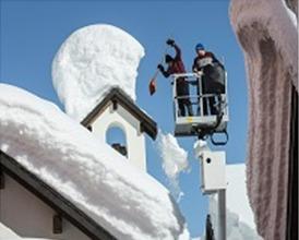 Bestill rydding av snø. is ogistapper fra taket
